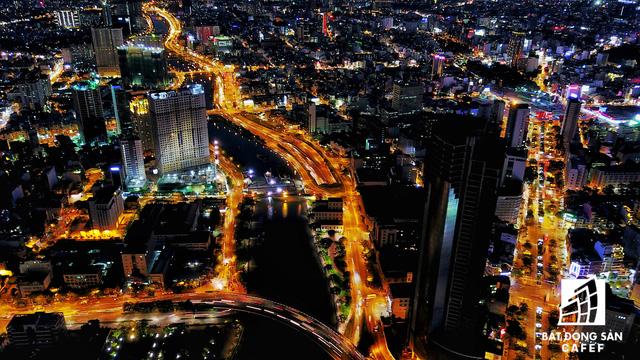 Ảnh: Nhiều cao ốc, khu đô thị mới rực rỡ về đêm khiến trung tâm Sài Gòn đẹp lung linh, huyền ảo - Ảnh 5.
