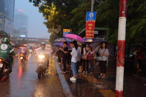 Chùm ảnh: Ảnh hưởng của bão số 10, người Hà Nội vội vã về nhà trong cơn mưa lớn - Ảnh 5.