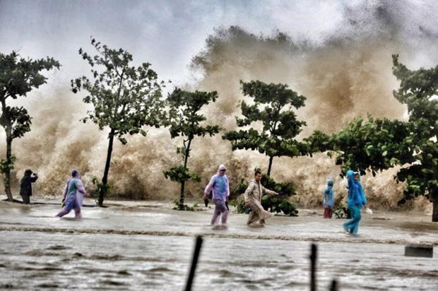 [ẢNH] Bão số 10 vào bờ: Bãi biển Sầm Sơn tan hoang trong sóng dữ - Ảnh 5.