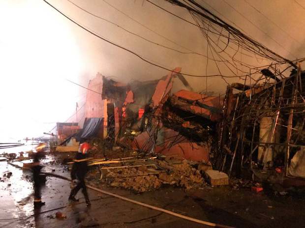 Toàn bộ hàng hóa bị thiêu rụi, tan hoang sau vụ cháy lớn tại siêu thị ở Hà Nội - Ảnh 5.