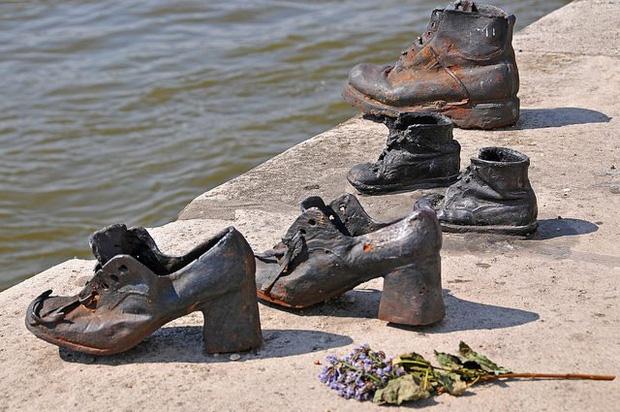 Nhìn thấy hơn 60 đôi giày bên dòng sông Danube ở Hungary, nhiều người bật khóc khi biết câu chuyện ám ảnh phía sau - Ảnh 5.
