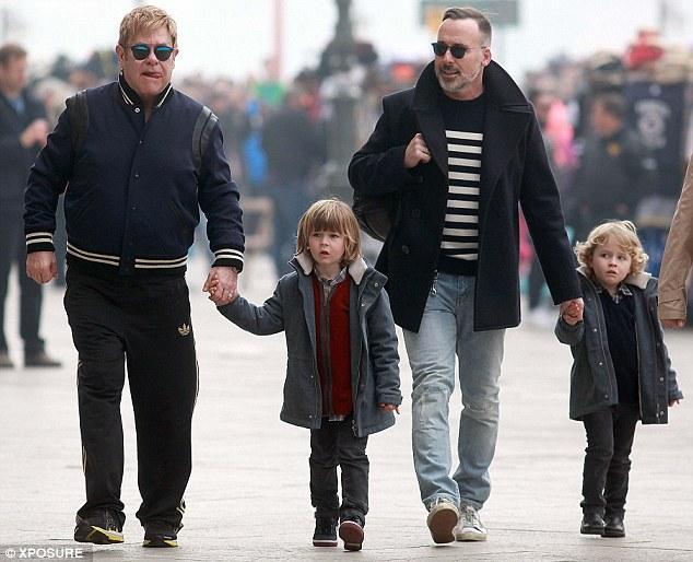 Ông bố nổi tiếng dành ngày nghỉ bên các con.