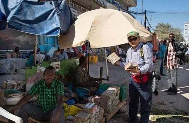Quốc gia nghèo chẳng có gì ngoài tiền, đi chợ mua rau cũng phải mang cả bao tải, chất tiền thành đống - Ảnh 5.