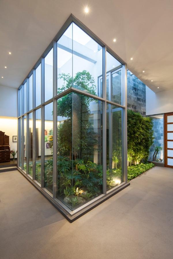 Với hệ thống kính bao quanh chủ nhà hoàn toàn không phải lo nước mưa bị tràn ra sàn nhà.