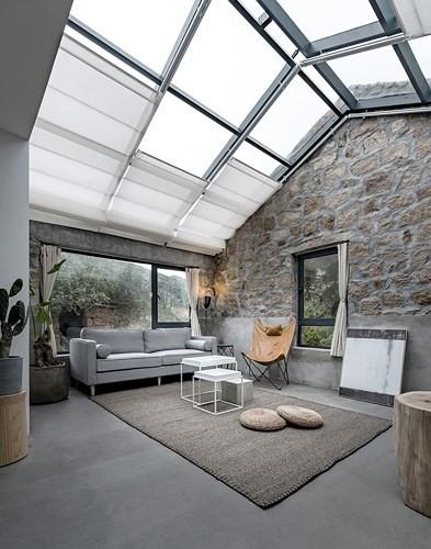 Ngôi nhà mới được xây dựng bằng bê tông cốt thép và có một kết hợp hoàn hảo cả về cấu trúc và không gian trong khi vẫn không bị trang trí quá mức.