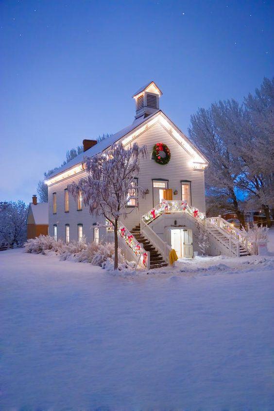 Những ngôi nhà trang hoàng lộng lẫy đón Noel đẹp đến mê mẩn giữa tuyết trắng - Ảnh 5.