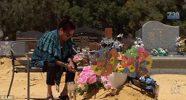 Bà Narrier ngồi bên mộ của con gái mình.