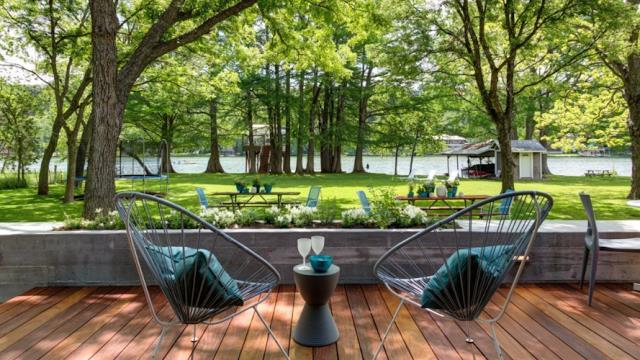 Một góc view tuyệt đẹp có thể nhìn toàn cảnh hồ phía trước nhà và cây xanh.