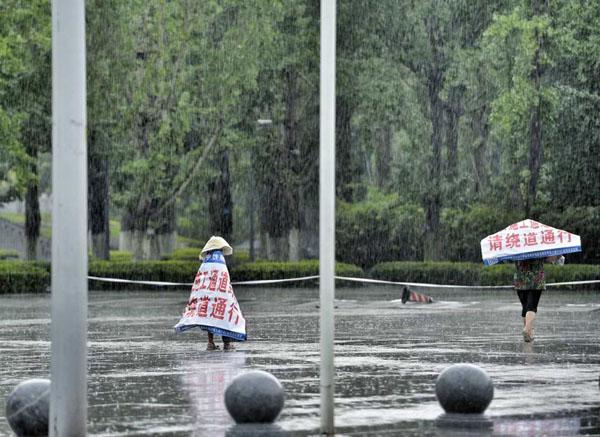 Câu chuyện cảm động phía sau hình ảnh bé gái quàng bạt một mình đi dưới trời mưa - Ảnh 6.