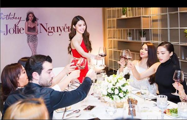 Cuộc sống ngập trong đồ hiệu, du lịch xa xỉ của Jolie Nguyễn - nàng hoa hậu trong hội con nhà giàu - Ảnh 6.