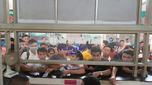 Hà Nội: Tắc khắp ngả, đông nghẹt bến xe trước nghỉ lễ - Ảnh 6.