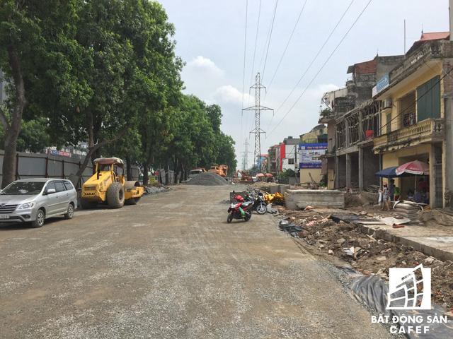 Cận cảnh tuyến đường 5km được mở rộng gấp đôi khiến hàng nghìn người mua nhà khu Tây Bắc Hà Nội mong ngóng - Ảnh 6.