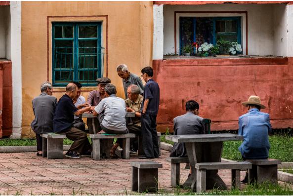 Người già chơi bài ở ngoại ô Bình Nhưỡng
