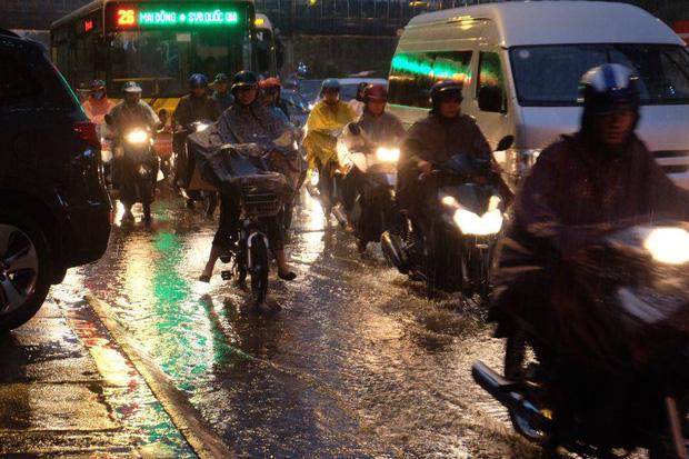Chùm ảnh: Ảnh hưởng của bão số 10, người Hà Nội vội vã về nhà trong cơn mưa lớn - Ảnh 6.