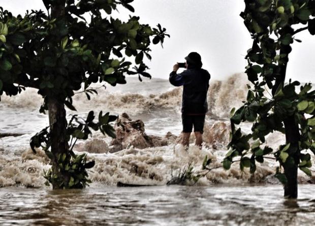 [ẢNH] Bão số 10 vào bờ: Bãi biển Sầm Sơn tan hoang trong sóng dữ - Ảnh 6.