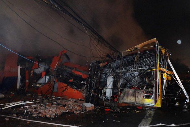 Toàn bộ hàng hóa bị thiêu rụi, tan hoang sau vụ cháy lớn tại siêu thị ở Hà Nội - Ảnh 6.