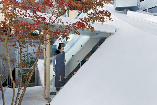Ngắm ngôi nhà độc, lạ hệt như tảng băng trôi ở Nhật - Ảnh 6.