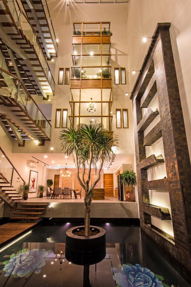 Ngôi biệt thự này được thiết kế như tòa tháp đôi, được nối với nhau bởi hành lang cầu thang dài. Ở bất cứ vị trí nào trong hai tòa tháp đôi này đều có thể nhìn ra khu vực giếng trời đầy ánh sáng tự nhiên.