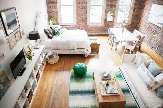 Căn phòng này rất lý tưởng cho vợ chông trẻ. Chỉ trong một căn phòng nhưng nhờ sắp xếp khéo léo mà nó vẫn có đủ phòng khách, phòng ngủ, bàn ăn. Bạn có thể sắp xếp sofa xoay lưng vào phòng ngủ nếu muốn nơi nghỉ ngơi thêm riêng tư.