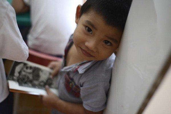 Mới 3 tuổi, nhưng cậu bé này đã có 2 năm mài đũng quần ở trung tâm, xem các anh chị học chữ.