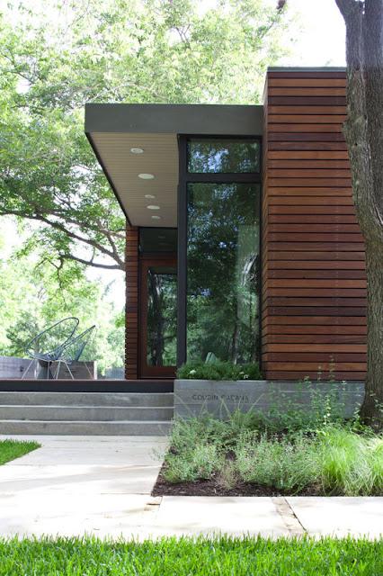 Bao quanh ngôi nhà là thảm cỏ xanh mướt vô cùng đẹp mắt.