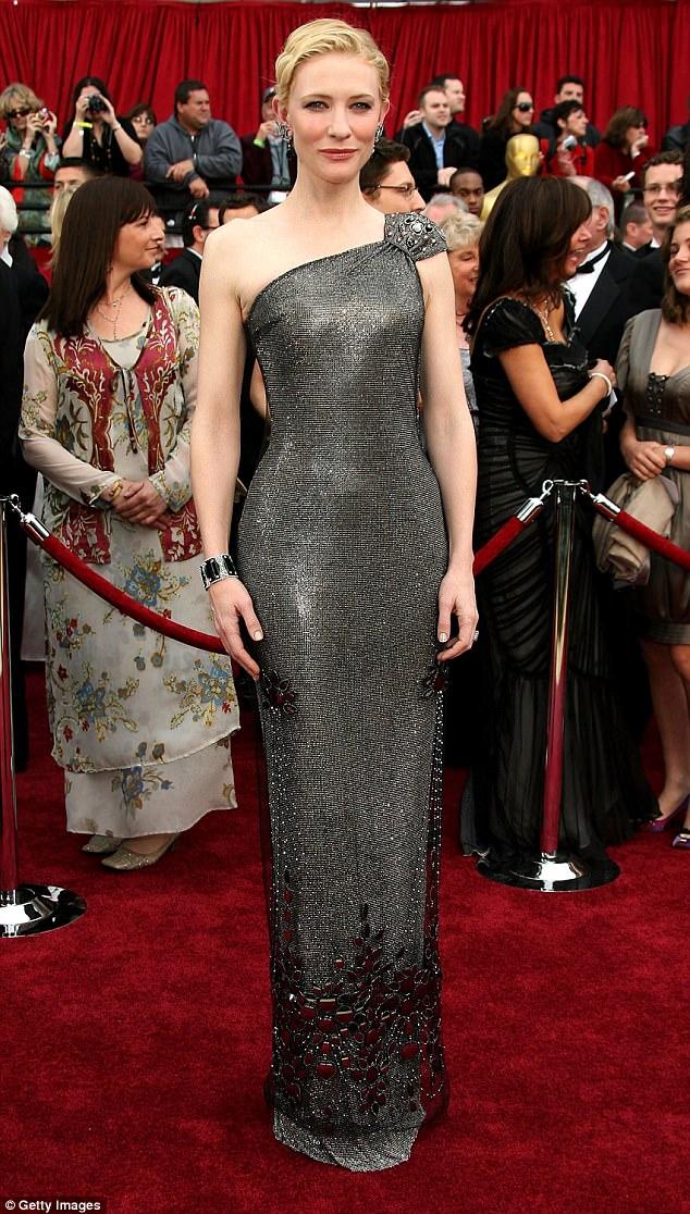 Nữ diễn viên người Úc, Cate Blanchett gây ấn tượng mạnh trong thiết kế của thương hiệu Armani Privé được tô điểm hoàn hảo với đá Swarovski khi dự giải Oscars 2005. Bộ váy có giá gần 400 triệu (tương đương 200 nghìn USD).