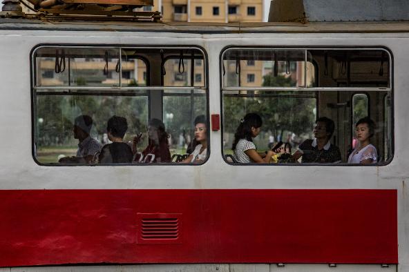 Người dân Triều Tiên đi xe buýt điện