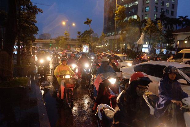 Chùm ảnh: Ảnh hưởng của bão số 10, người Hà Nội vội vã về nhà trong cơn mưa lớn - Ảnh 7.