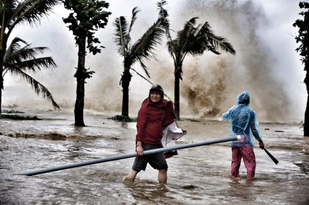 [ẢNH] Bão số 10 vào bờ: Bãi biển Sầm Sơn tan hoang trong sóng dữ - Ảnh 7.