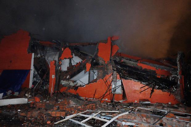 Toàn bộ hàng hóa bị thiêu rụi, tan hoang sau vụ cháy lớn tại siêu thị ở Hà Nội - Ảnh 7.