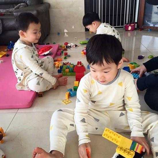 Ba anh em hài lòng và chơi vui vẻ với những đồ chơi sẵn có.
