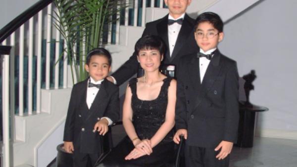 Bà Loan chụp hình cùng chồng và hai cậu con trai tại nhà riêng.