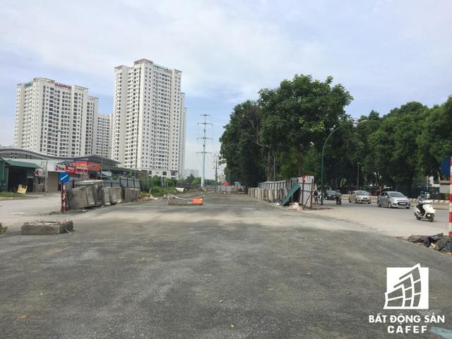 Cận cảnh tuyến đường 5km được mở rộng gấp đôi khiến hàng nghìn người mua nhà khu Tây Bắc Hà Nội mong ngóng - Ảnh 8.