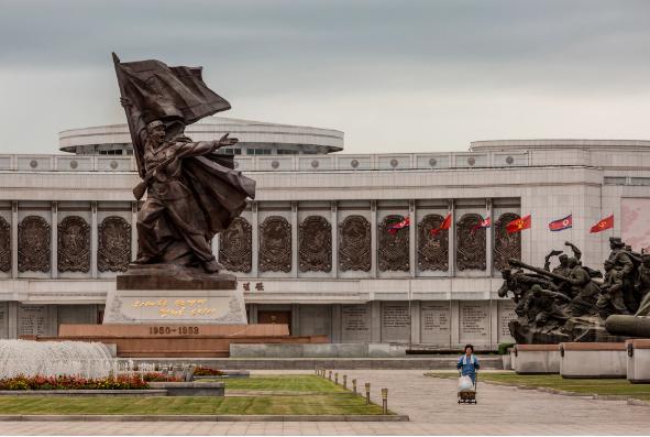 Tượng đài ở bảo tàng Chiến tranh Giải phóng Tổ quốc tại Bình Nhưỡng. Bảo tàng trưng bày hình ảnh 3 chiều của trận chiến Daejon và con tàu USS Pueblo của hải quân Mỹ do lực lượng Triều Tiên bắt giữ năm 1968.