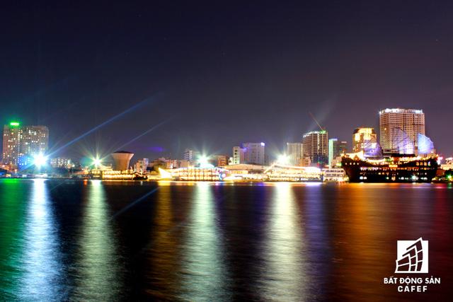 Ảnh: Nhiều cao ốc, khu đô thị mới rực rỡ về đêm khiến trung tâm Sài Gòn đẹp lung linh, huyền ảo - Ảnh 8.