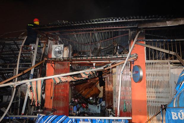 Toàn bộ hàng hóa bị thiêu rụi, tan hoang sau vụ cháy lớn tại siêu thị ở Hà Nội - Ảnh 8.