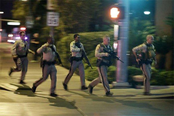Thương vong vụ thảm sát Las Vegas tăng chóng mặt - Ảnh 8.