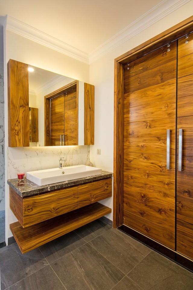 Biệt thự gồm 6 phòng ngủ. Điều khác biệt là tất cả các phòng đều được hưởng ánh nắng tự nhiên từ khu vực giếng trời khiến ngôi nhà lưu thông luồng không khí tự nhiên.