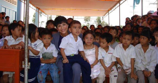 Bà Loan chụp hình cùng các em nhỏ trong ngày hoàn thành ngôi trường tiểu học tại Việt Nam.