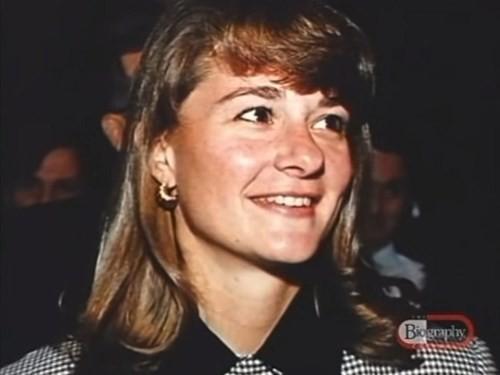 Trong một chuyến đi picnic với công ty, Bill Gates – hiện là chồng của bà, đã ngỏ ý muốn bà tham gia cùng ông vào ngày nào đó trong tuần. Nhưng bà đã từ chối bởi cho rằng ông không có đủ thành ý. Trong suốt một giờ, ông cố gắng thuyết phục để đưa bà ra ngoài và bà đã đồng ý.