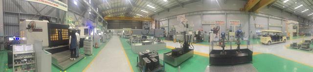 Toàn cảnh bên trong nhà máy sản xuất động cơ.