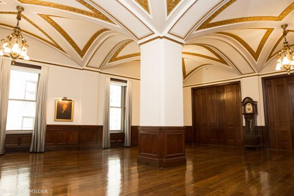 Phòng họp, trung tâm hội nghị cùng các nhà hàng đang được trang hoàng lại và dự kiến sẽ được hoàn thành vào tháng 2 tới nhằm tôn vinh lịch sử của sàn giao dịch này.