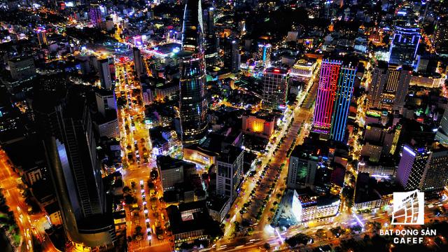 Ảnh: Nhiều cao ốc, khu đô thị mới rực rỡ về đêm khiến trung tâm Sài Gòn đẹp lung linh, huyền ảo - Ảnh 9.