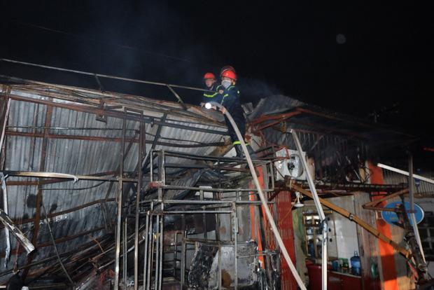 Toàn bộ hàng hóa bị thiêu rụi, tan hoang sau vụ cháy lớn tại siêu thị ở Hà Nội - Ảnh 9.