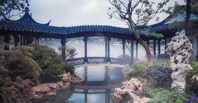 Những ao hồ phủ sương 24/24 này được thực hiện mô phỏng theo vườn cổ điển của Tô Châu, nơi được công nhận là Di sản Thế giới của UNESCO.