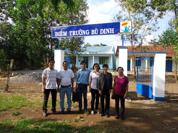 Nữ kỹ sư gốc Việt đứng cạnh các thành viên thuộc tổ chức từ thiện SM và hiệu trưởng của ngôi trường mới thành lập.
