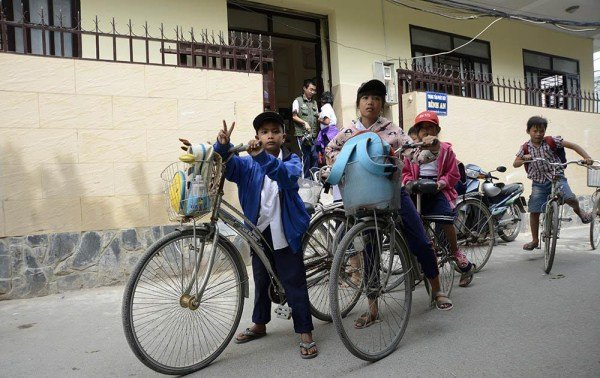Nhà Thạch Kim Tuyền có 4 anh chị em đang học ở Trung tâm. Nhà ở tận An phú Tây, cách Trung tâm 8 km, hàng ngày 4 anh chị em đạp xe chở nhau đi học. Hôm nay cậu em bị đau chân phải nghỉ học, nên chỉ còn 3 anh em đưa nhau đi.
