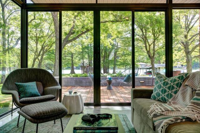 Mặc dù những cửa kính đã được kéo lại nhưng mọi người bên trong không hề có cảm giác tách biệt với thiên nhiên.
