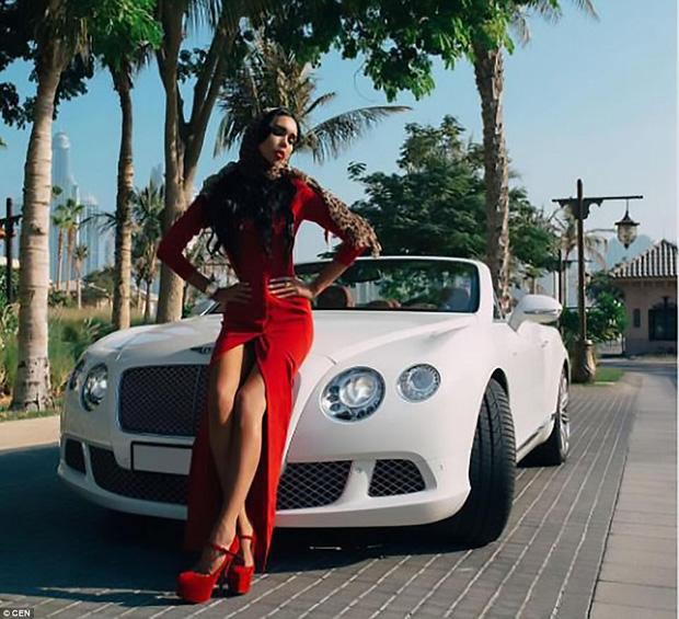 Ksenia thường lái chiếc xe Bentley của mình khắp Dubai.