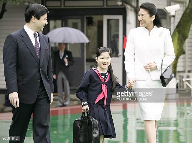 Hoàng thái tử Naruhito và Công nương Masako đưa Công chúa Aiko tới lễ nhập học tại trường tiểu học Gakushuin.
